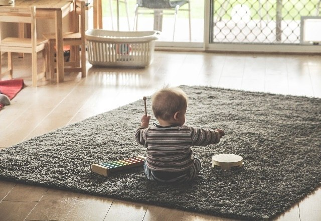 """Crianças de 6 meses até 3 anos de idade precisam trabalhar as áreas do cérebro voltadas à atenção, a memória operacional — que está relacionada ao raciocínio e aprendizado — e a linguagem. Brincadeiras simples, como """"esconde/achou"""" ou jogos de imitação, que envolvam repetições de gestos ou ações, já funcionam como bons desafios para exercitar a mente dos pequenos - Pixabay"""