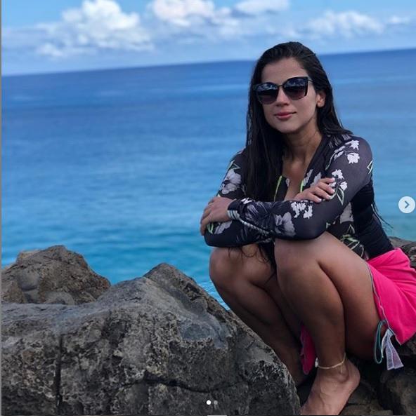 Ela contou ainda que estava muito próximo da areia, na prancha de bodyboarder, quando sentiu uma pressão na perna direita e foi puxada. - Instagram/ Divulgação ND
