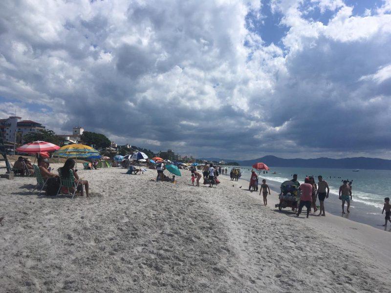 Praia de Canasvieiras nesta quinta-feira – Foto: Catarina Duarte/ND
