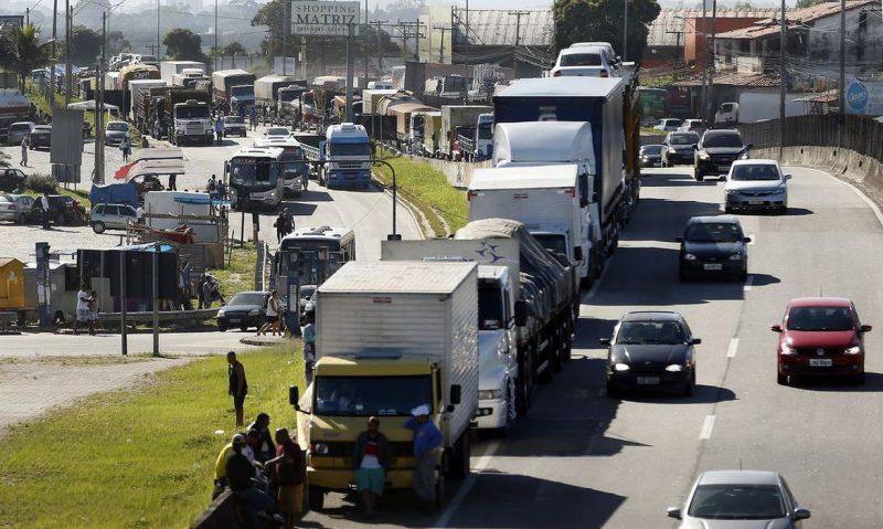 Caminhoneiros fazem paralização na BR 101, Niterói-Manilha, na altura de Itaboraí, no Rio de Janeiro. – Foto: Tomaz Silva/Agência Brasil/ND