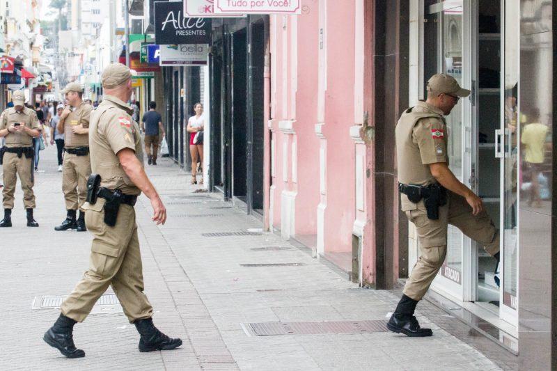 Grupos de policiais foram ao Centro de Florianópolis para alertar comerciantes, ambulantes e artistas de rua