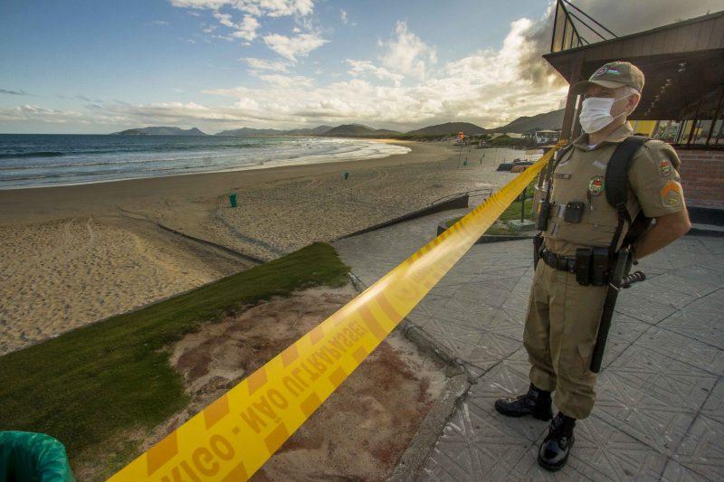 """Polícia Militar e Guarda Municipal estiveram """"percorrendo"""" as parias da Ilha e exigindo a saída dos banhistas - Foto Flavio Tin/ND"""