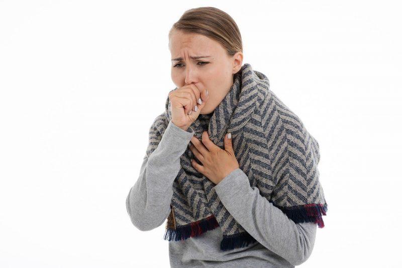 Os principais sintomas da infecção por coronavírus são tosse, dificuldade para respirar e febre. Ocasionalmente o paciente também pode sentir dor de cabeça, confusão mental e, em casos mais graves, até pneumonia. - Pixabay/ND