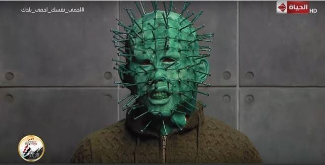 O visual lembra, inclusive, lembra o de Pinhead, o vilão cenobita da franquia Hellraiser - Reprodução/YouTube/AlHayah TV Network