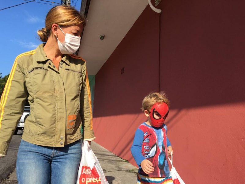Mãe e filho em Florianópolis, no Norte da Ilha. Sexta-feira (20) de março, ano de 2020 - Eduardo Cristófoli/NDTV/ND