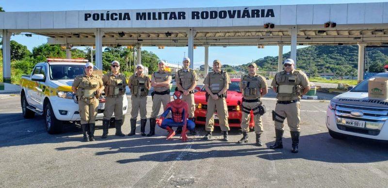 Policiais posam com o Homem-Aranha – Foto: Divulgação/ND