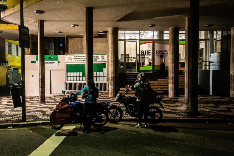 Trabalhadores autônomos durante a noite no centro de Florianópolis - Anderson Coelho/ND