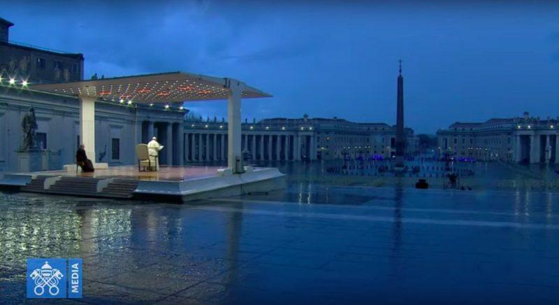 Papa Francisco reza sozinho na completamente vazia Praça de São Pedro – Foto: Reprodução/YouTube