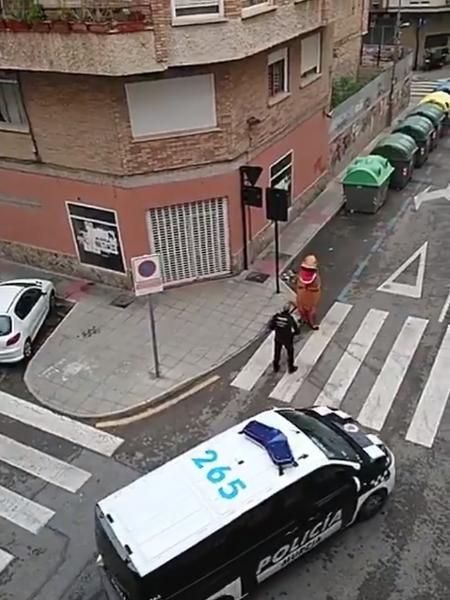 Homem fantasiado de dinossauro foi abordado pela polícia – Foto: Reprodução/Internet