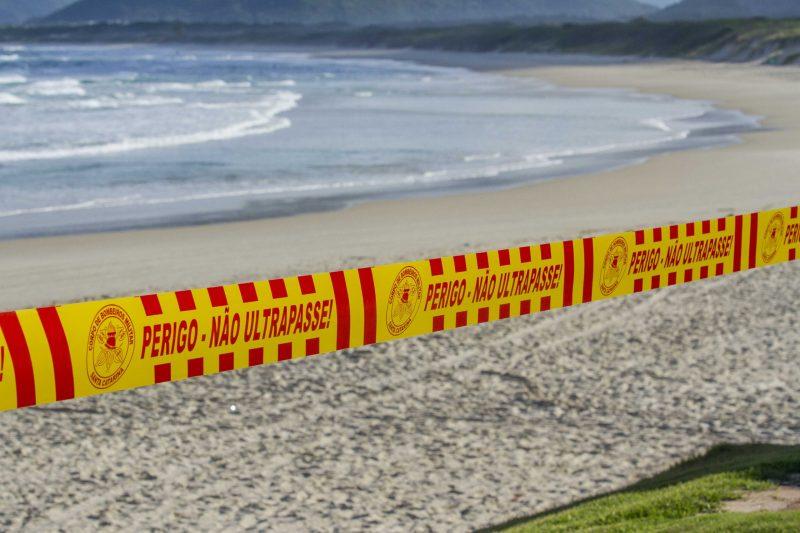 """Praias """"fechadas"""" após o governo do Estado enrijecer o controle para que as pessoas respeitem o período de reclusão - Foto Flavio Tin/ND"""