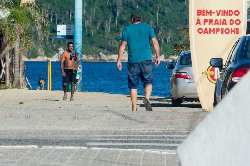 Caminhada na praia, antes vetada pelo decreto, foi liberada em todo o Estado - Foto Flavio Tin/ND
