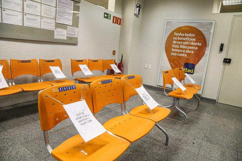 Assentos de agência bancárias com aviso impedindo o uso, com o objetivode manter isolamento entre clientes - Anderson Coelho/ND