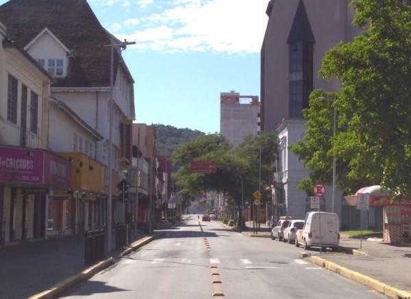 Uma mulher, de 55 anos, foi a sétima morte por Covid-19 registrada em Joinville, no dia 10. Ela tinha hipertensão, e estava internada em um hospital público da cidade. No mesmo dia um idoso, de 66 anos, também faleceu por coronavírus no município. Ele tinha histórico de doença crônica e estava internado em um hospital privado. A décima primeira morte foi registrada no dia 14 de maio. A vítima foi uma idosa de Confira a reportagem completa: https://bit.ly/2SSDjjK - Sabrina Aguiar/NDTV