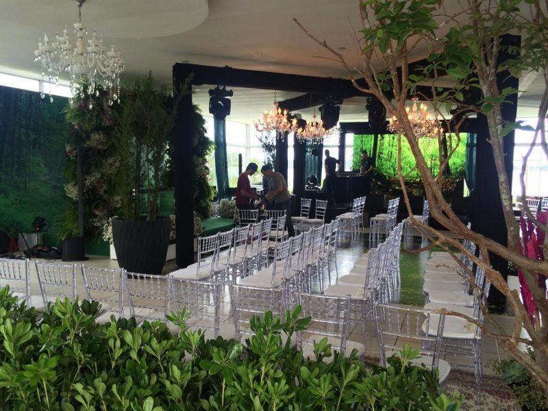 Cadeiras de cristal fazem sucesso em eventos elegantes e estão lá na CaseBem – Foto: Divulgação/ND