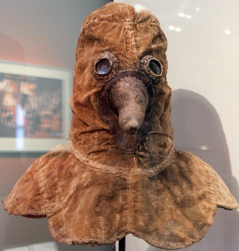 No século XVII, os médicos que tratavam pacientes com a peste bubônica usavam um trage especial de couro e um