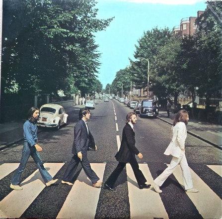 Em 1969, os Beatles eram tão famosos que nem precisaram usar o nome da banda ou título na capa do disco. A arte de Abbey Road é simples e imortal. Na época, o fotógrafo Iain MacMillan realizou uma sessão que mostra apenas George, Paul, Ringo e John atravessando a rua Abbey Road, em Londres. E, claro, depois disso o local virou ponto turístico, com fãs querendo reproduzir a imagem – Foto: Reprodução