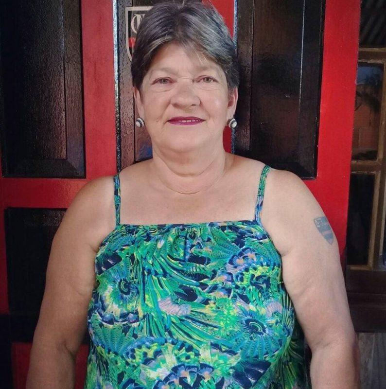 Julia Tabalipa, 69 anos, morreu no dia 17 de abril no Hospital Marieta Konder Bornhausen, em Itajaí. Ela era moradora de Penha, no Litoral Norte, e estava na UTI (Unidade de Terapia Intensiva) desde o dia 31 de março para tratar um câncer. A suspeita da família é que Julia tenha contraído o vírus dentro do hospital. O resultado do exame saiu no dia 16 de abril. Confira a reportagem completa: https://bit.ly/2wZ466c - Reprodução/Facebook