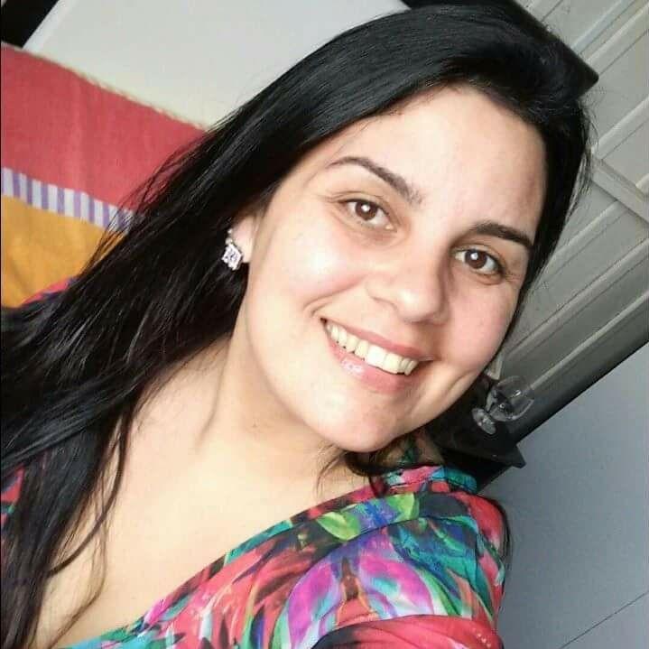 Ana Claudia Jose Luiz, 42 anos, morreu no sábado (11/4) no Hospital Regional de Araranguá. A professora da rede municipal de Sombrio, no Sul do Estado, estava internada desde o dia 29 de março. O exame que atestou a infecção foi feito na data da internação. Pelas redes sociais, Ana Claudia pedia que as pessoas ficasse em casa. Ela também afirmava ter fibromialgia, uma comorbidade para o vírus. Confira a reportagem completa: https://bit.ly/3egsvoB - Reprodução/Facebook