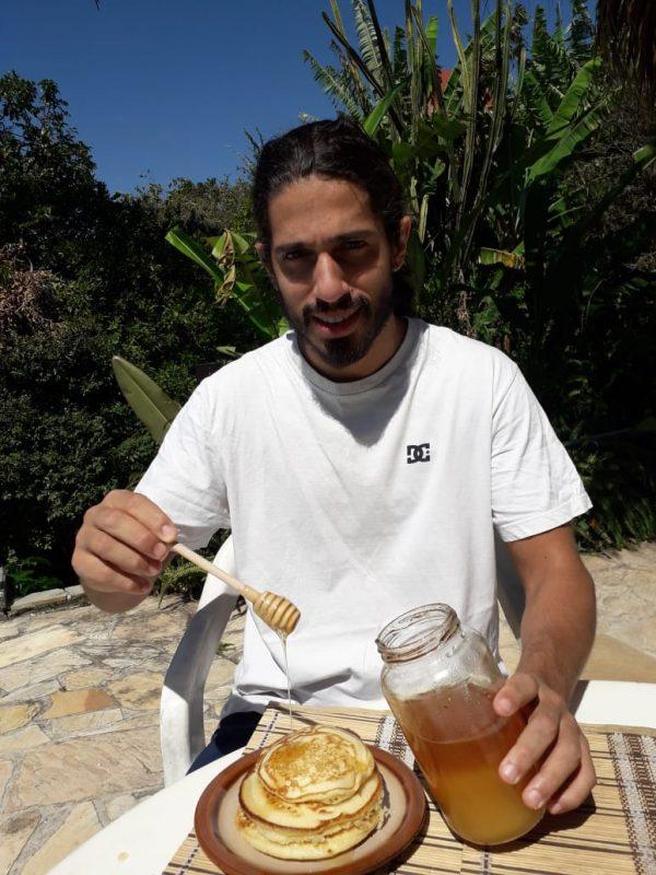 Bruno Castañola prova e aprova a receita de panquecas americanas com mel – Foto: Arquivo Pessoal/ND