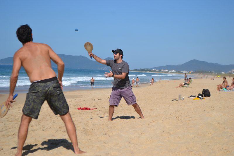 """Famigerado """"frescobol"""" é uma atividade física ao ar livre e está liberado para ser praticado - Diogo de Souza/ND"""