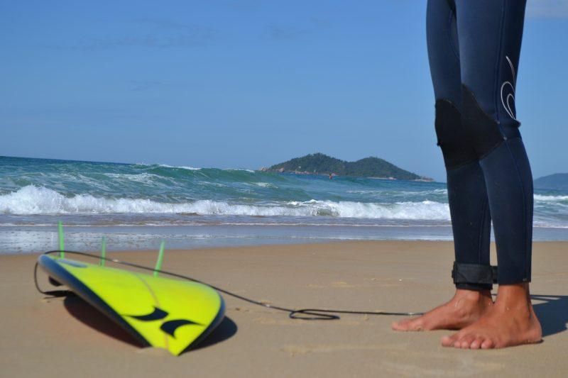 Surfe está entre as modalidades liberadas pelo governo do Estado - Diogo de Souza/ND