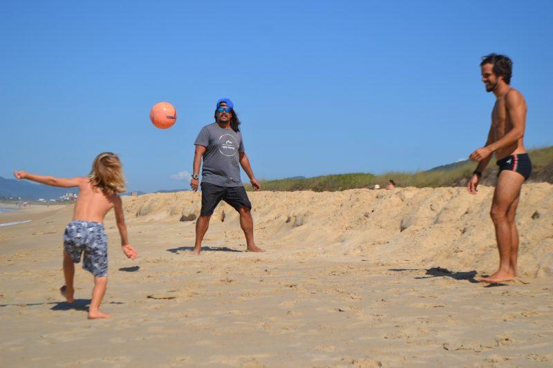 """Prática da """"altinha"""" na beira da praia, respeitando o distanciamento social, também está liberada - Diogo de Souza/ND"""