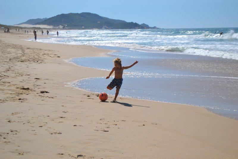 Futebol, apenas como prática de exercício, está liberado na beira da praia - Diogo de Souza/ND