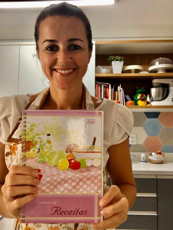 Estela recorre a livro de receitas e à memória afetiva para preparar suas refeições – Foto: Arquivo Pessoal/ND