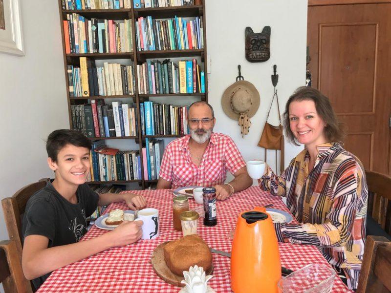Arthur, Moacir e Geisa se preparam para saborear o pão caseiro recém saído do forno – Foto: Arquivo Pessoal/ND