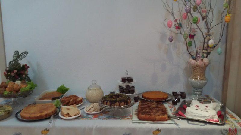 Mesa posta para o Café de Páscoa da família de Marilene Campos, onde o bolo de coelho é colocado há 40 anos sempre na mesma travessa, que ela ganhou de chá de panela – Foto: Arquivo Pessoal/ND