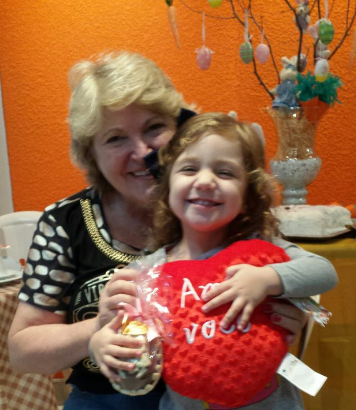 Marilene com a sobrinha-neta, Alice, que também passou a admirar a arte da tia – Foto: Marilene sobrinha neta Alice