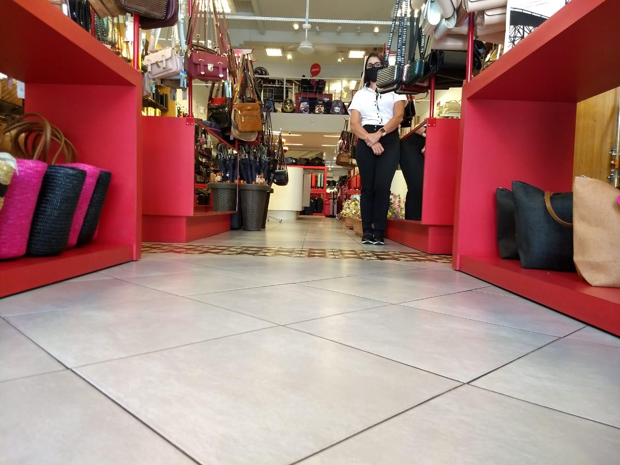 Cadê os clientes? Apesar do grande movimento no Centro, loja registrou a entrada de poucas pessoas - Ian Sell/ND