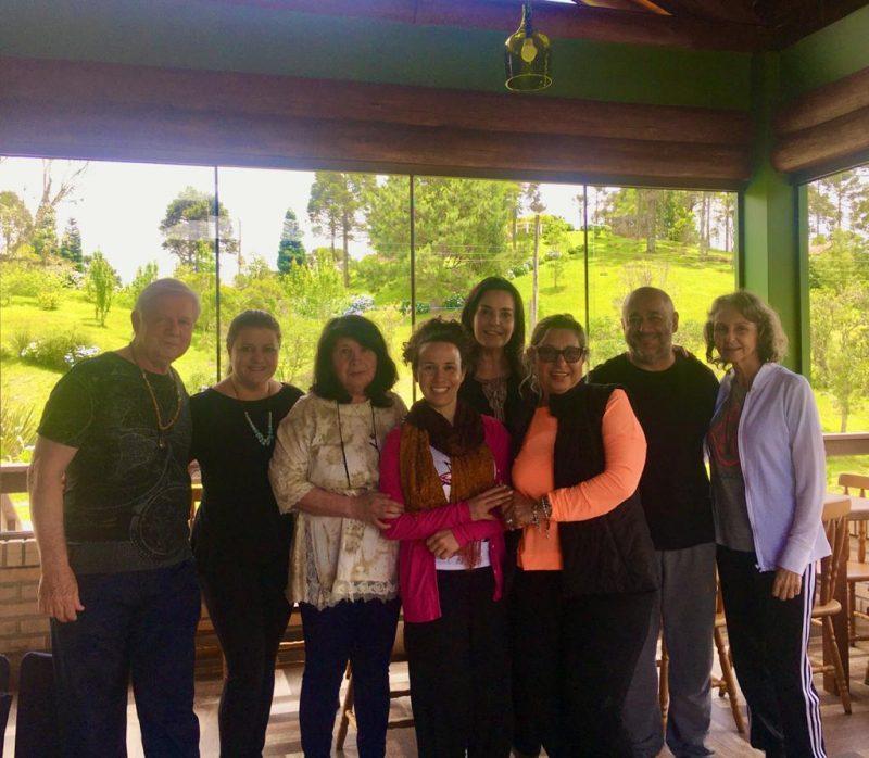 Cynthia e o grupo do Cieve, centro que proporciona uma experiência única em busca do equilíbrio emocional – Foto: Divulgação/NS