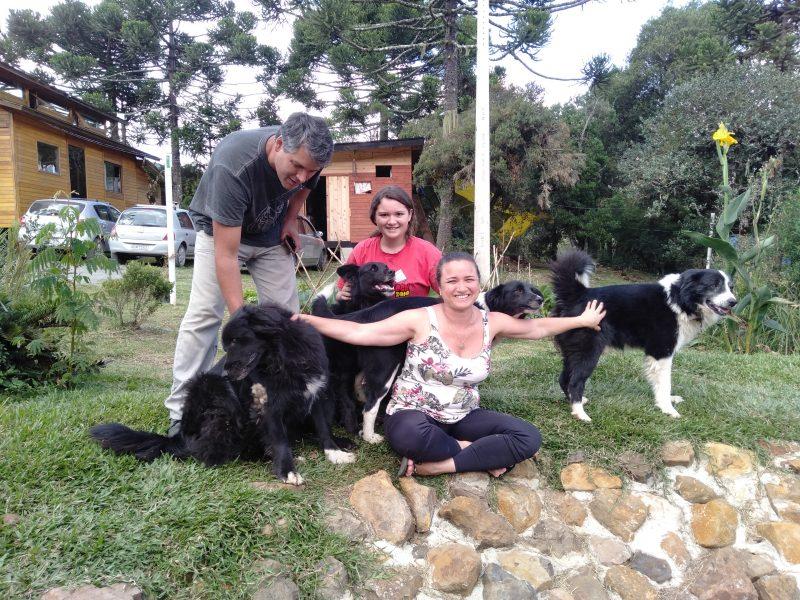 Taís, o marido, Marcelo, e filha, Beatriz, e os cachorros da família se esbaldam em meio à natureza durante a quarentena – Foto: Divulgação/ND