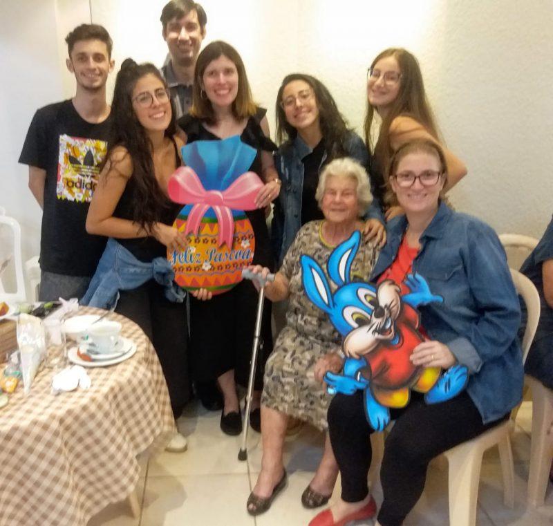 Parte da família no Café de Páscoa, junto com a vovó Zizica – Foto: Arquivo Pessoal/ND