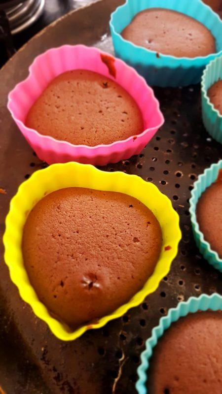 Receita de nega maluca vira cupcakes de chocolate em forminhas de coração pelas mãos de Giulia – Foto: Arquivo Pessoal/ND