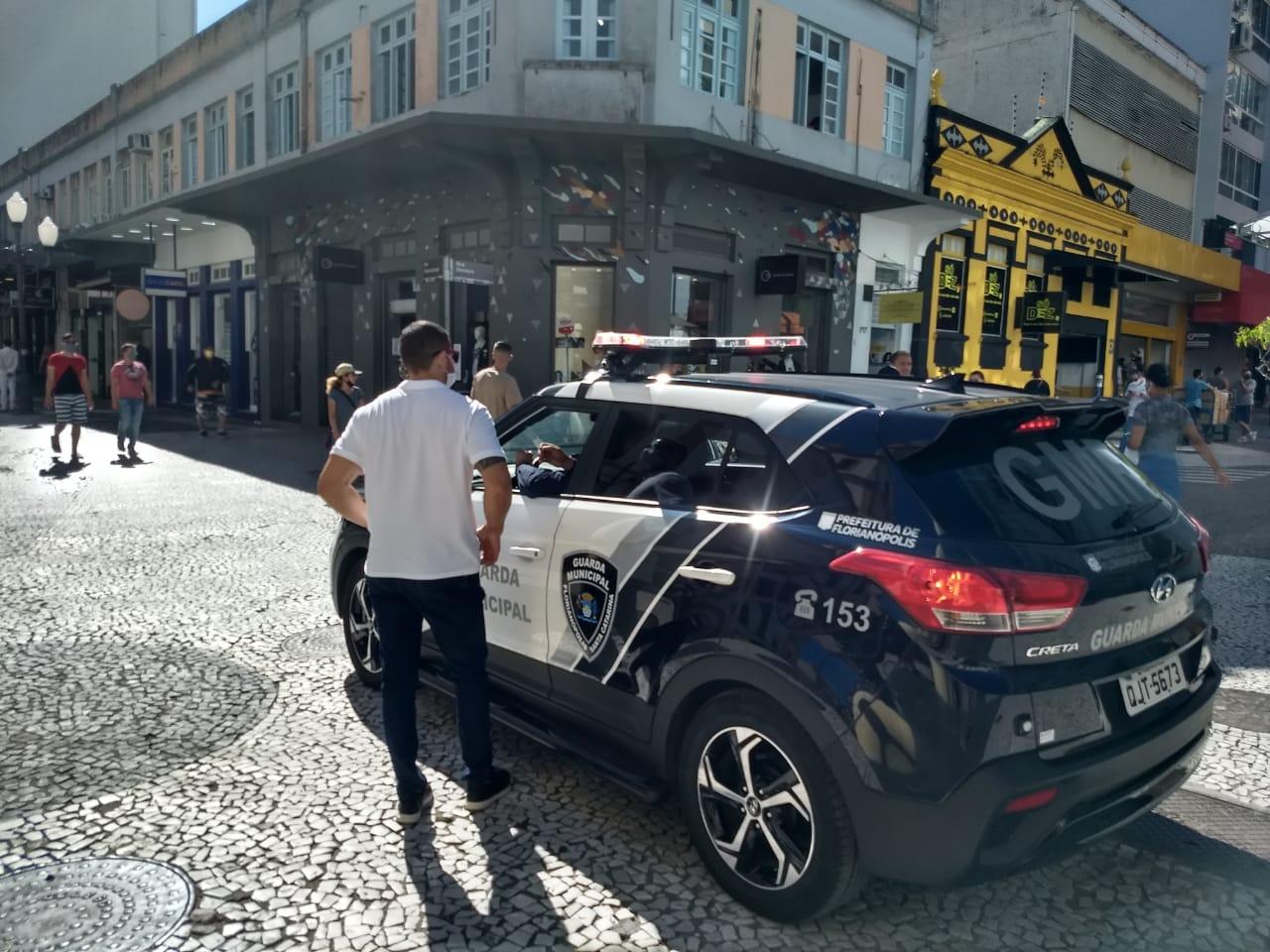 GMF instrui homem no Centro de Florianópolis - Ian Sell/ND