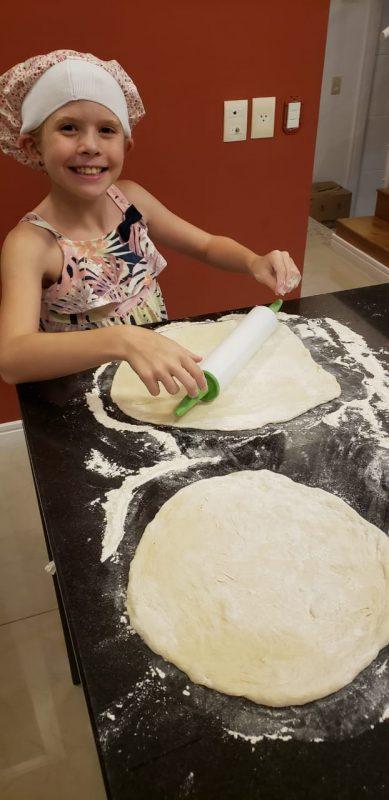 Giulia Maestri Berti se aventura com o pai na cozinha preparando a massa da pizza, que ele ensina para as amiguinhas – Foto: Arquivo Pessoal/ND