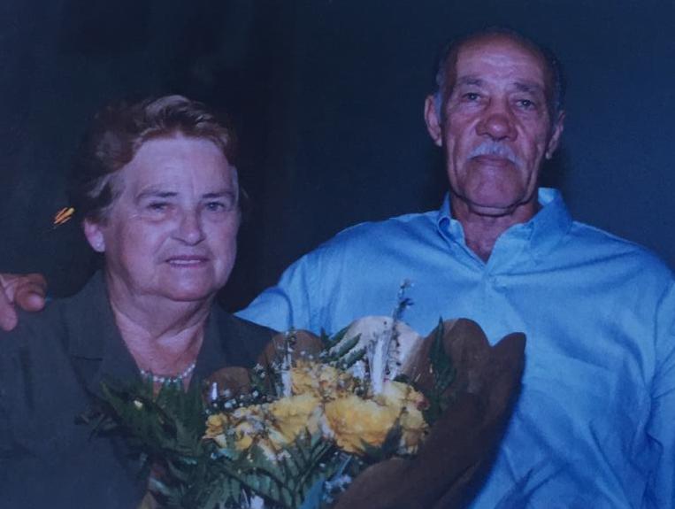 Inês Mota Prá, de 90 anos, morreu no dia 30. Moradora de Pedra Grande, o filho suspeita que ela contraiu a doença enquanto estava internada no hospital, semanas antes. Ela sofria de problemas pulmonares e bronquite. O teste que confirmou a infecção por coronavírus saiu dois dias depois da sua morte, ocasião em que o marido, Aldo de Prá, foi internado, também com coronavírus. Após tratamento com hidroxicloroquina, ele recebeu alta no dia 12 de abril. Confira a reportagem completa: https://bit.ly/2z1g4wI - Ademir de Prá/Divulgação/ND