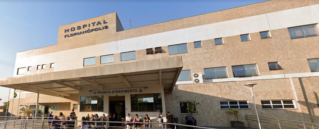 Mohamed Shateer Khan, 79 anos, morreu no dia 8 de abril no Hospital Florianópolis. Ele teve o diagnóstico positivo para a Covid-19 no dia 4 de abril. Mohamed morava na mesma casa de repouso onde a primeira vítima do coronavírus em Santa Catarina estava instalado. O idoso chegou a ser internado no Hospital da Unimed, tendo alta hospitalar três dias antes de morrer. Confira a reportagem completa: https://bit.ly/2V6it1D - Reprodução/Google Maps