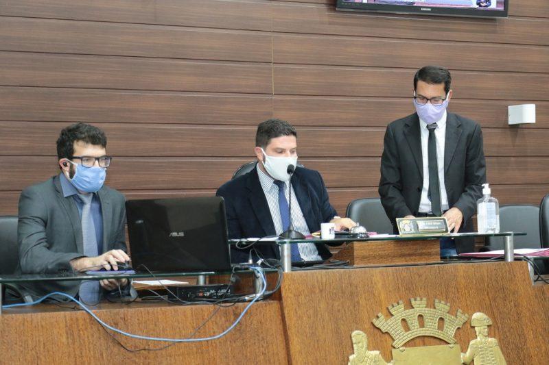 Pela primeira vez, o presidente da Câmara da Capital, Fábio Braga (ao centro), conduziu a sessão virtualusando máscara de proteção. Além do terno, passa a ser adereço obrigatório em plenário durante a pandemia – Foto: Édio Hélio Ramos/Divulgação/ND