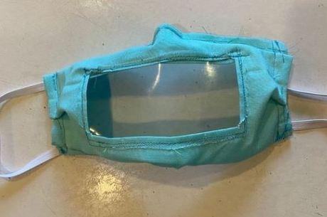 Abertura de plástico permite leitura labial – Foto: Reprodução/Lex18