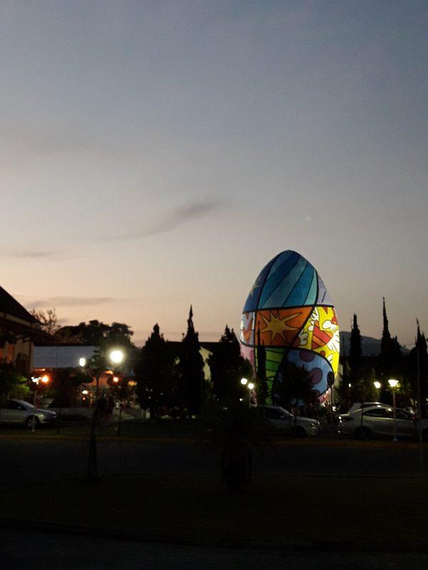 Maior ovo decorado do mundo, a principal atração da Osterfest, não será montado em 2021. Na imagem, o ovo de 2020, com arte de Romero Britto – Foto: Giovana Pietrzacka/ND/Arquivo