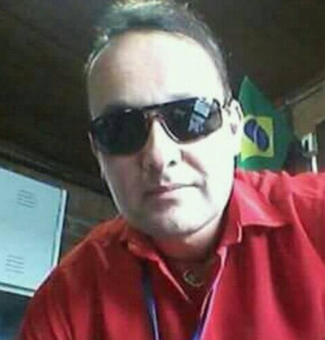 Anselmo Carlos dos Anjos, 38 anos, morreu no dia 10 de maio no Hospital São Vicente de Paulo, em Mafra. Ele era morador de Papanduva, Norte do Estado, e não possuía histórico de viagens ou contato com pessoas de fora da cidade. Assim, a Secretaria de Saúde do município acredita que o contaminação tenha sido comunitária. Anselmo tinha uma patologia pulmonar. Os familiares, que tiveram contato com ele, seguem em isolamento. No dia 7 de maio, Anselmo foi internado no Hospital São Sebastião, em Papanduva. Na data, ele foi submetido a um teste rápido que deu negativo para à Covid-19. Com a piora do quadro ele foi transferido no dia 11 para Mafra, onde outro teste rápido negou a contaminação. Com a piora do quadro, ele faleceu naquele mesmo dia. Foi um teste PCR, feito também no dia 1, que confirmou a infecção pelo coronavírus. O resultado saiu em 12 de maio. Confira a reportagem completa: https://bit.ly/3csI3Eg - Reprodução Redes Sociais/ND