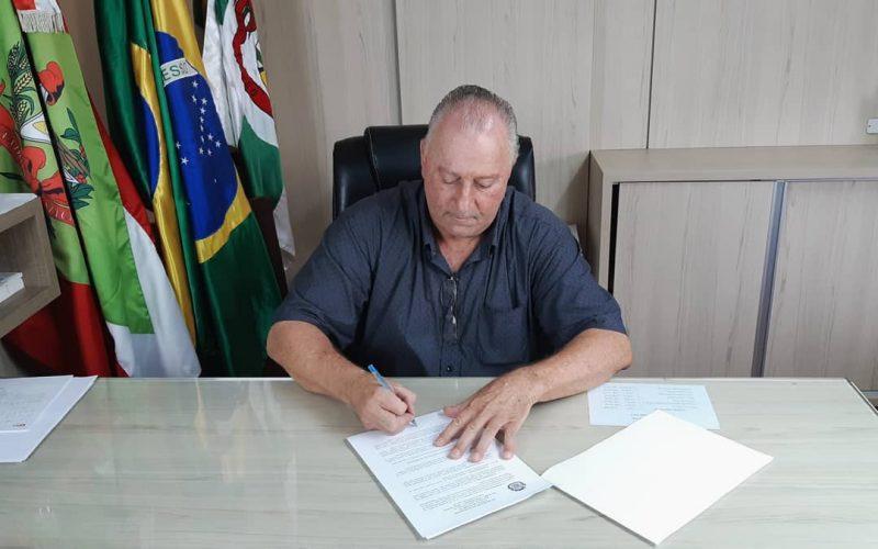 Prefeito Oscar Gutz assinou decreto no dia 1º de abril – Foto: Prefeitura de Pouso Redondo/Divulgação