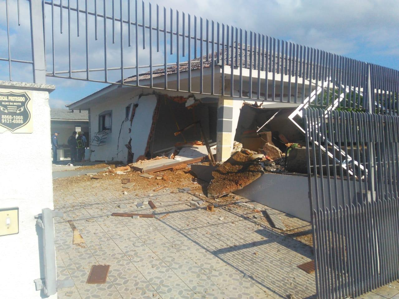 Uma casa explodiu por volta das 8h40 desta terça-feira (19) no bairro Vila Becker, em Santo Amaro da Imperatriz, na Grande Florianópolis. Nela moravam Luiz Gonzaga, de 70 anos, e a sua esposa Terezinha Gonzaga, de 68 anos - Regional FM/Divulgação/ND