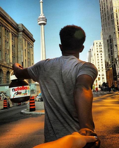 """@wardere (www.instagram.com/wardere): Já virou clichê aqueles perfis no Instagram em que a namorada """"arrasta"""" o parceiro ao redor do mundo. O canadense Wardere Farah, entretanto, resolveu substituir a amada por outra coisa: a Nutella. Ele é tão viciado no doce que carrega o pote de 1 quilo para todo lugar. Tem até imagem que capta um jantar romântico entre os dois. - Crédito: Reprodução/Instagram/33Giga/ND"""