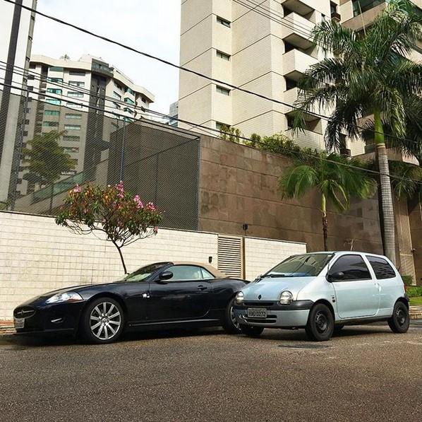 @twingo_do_carlos (www.instagram.com/twingo_do_carlos): O mineiro Carlos Eduardo Assis Arrunategui é tão fã de seu Twingo que até criou um perfil dedicado a ele. Com fotos em situações inusitadas ou ao lado de supercarros, a conta compara de forma descontraída as vantagens do finado carro da Renault sobre máquinas como Ferrari, Jaguar e Hummer. - Crédito: Reprodução/Instagram/33Giga/ND