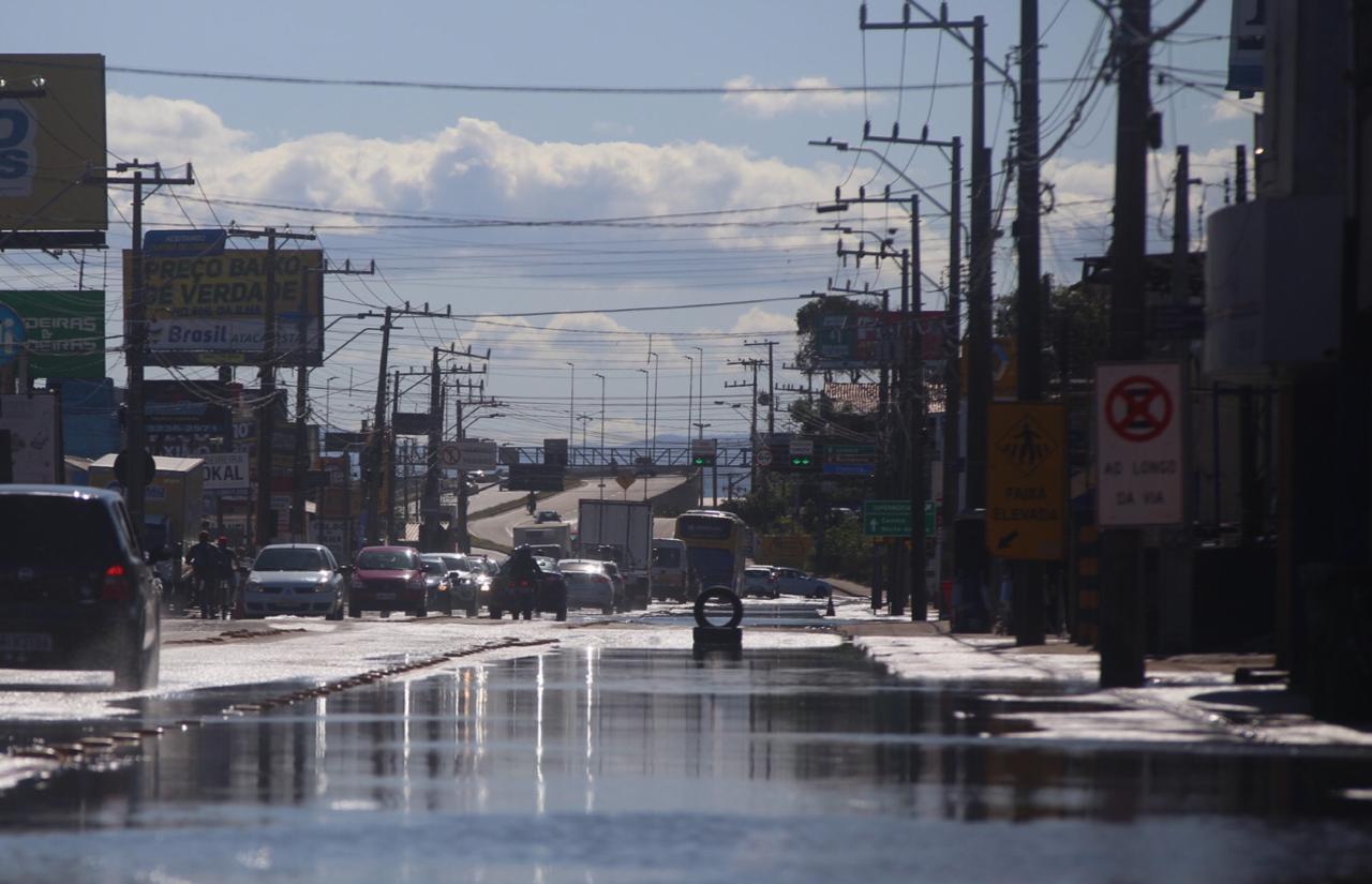 Por volta das 16h, a maré começou a descer. Apesar de alagar as vias, a água não chegou a interromper o fluxo, que correu normalmente, informa a GMF (Guarda Municipal de Florianópolis) - Anderson Coelho/ND