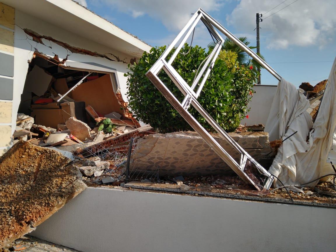Conforme o Sargento Vilson Aloísio Furtado, do Corpo de Bombeiros do município, a explosão ocorreu devido a um vazamento de gás de cozinha - Regional FM/Divulgação/ND